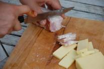 Rovnako ako tvrdý syr si nakrájame tiež slaninku.