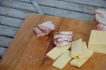 Syr a slanina budú tvoriť náplň grilovaných zemiakov.