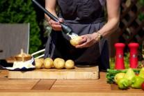 Zemiaky umyjeme, na niekoľkých miestach ich prepichneme do hĺbky pol centimetra. Potom zemiaky potrieme rozpusteným maslom.