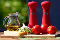 Najskôr si zhromaždíme všetky potrebné suroviny. V prvom rade paradajky, ďalej olivový olej, parmezán alebo syr parmazánového typu, cesnak, tymián, soľ a korenie.