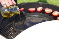 Do stredu roštu dáme liatinovú panvicu, necháme ju rozpáliť a potom do nej nalejeme trochu olivového oleja.