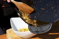 Akonáhle je cesnak opečený dozlatista, preložíme ho do misky.