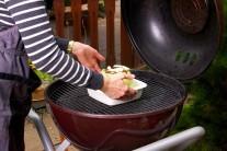 Hlávku položíme aj s miskou na rozpálený rošt. Grilujeme na nepriamom žiare po dobu 1 až 1 a 1/2 hodiny.