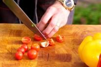 Opláchneme cherry paradajky a rozkrájame ich na polovičky.