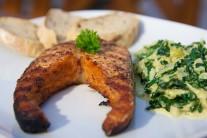 Lososa servírujeme teplého na nahriatom tanieri s kopčekom smotanového špenátu a plátkami čerstvého pečiva. Ľahká večera pre milovníkov zdravej výživy.