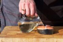 Porcie lososa potrieme zo všetkých strán rastlinným olejom, osolíme a okoreníme. Necháme 15 minút odpočinúť. Prebytočnú tekutinu osušíme.