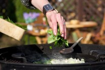 Nasekaný špenát vsypeme na spenenú cibuľku s cesnakom, premiešame a necháme chvíľku dusiť.