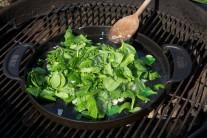 Ku špenátu na panvici pridáme soľ a korenie. Dusiť necháme do chvíle než listy zmenšia svoj objem.