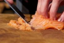 Ostrým pevným nožom mäso z lososa naškrabeme na veľmi jemno. Preložíme do sklenenej misy. Zmes na tatársky biftek nijako tepelne neupravujeme.