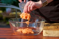 Naškrabané rybie mäso musí mať konzistenciu kašovitej hmoty s minimálnym podielom väčších kúskov. Vyberáme ryby čerstvé, popr. chladené, z mrazených rýb nedosiahneme taký výborný výsledok. Premrznutím stratí mäso veľa vlkhkosti.