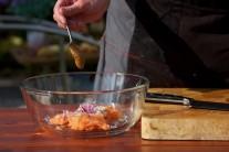 Dijonská horčica dodá tatárskemu bifteku správny nádych. Pokiaľ ju nemáme k dispozícii, môžeme použiť horčicu kremžskú, s ktorou je tatarák tiež výborný.