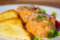 Servírujeme studené s bagetkou či opečeným toastom. Ľubovoľnú formičku naplníme a vyklopíme na tanier. Veľmi pekne vyzerá tatarák vyklopený z formičky ryby. Podávame ozdobené vetvičkou kôpru a kolieskom citróna.
