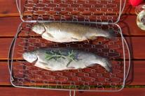 Zdravo môžeme ryby pripraviť na grile s pomocou koša na ryby v dvoch veľkostiach. My sme vyskúšali Weber držiak na rybu veľký. Do tohto držiaka je možné podľa veľkosti umiestniť 2 - 3 pstruhy.