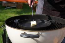 Do stredu kotlového grilu na drevené uhlie Weber One-Touch Premium sme umiestnili ťažkú liatinovú panvicu BBQ, na ktorej sme rozohriali kvalitné maslo.