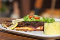 Rybu servírujeme ako ľahkú letnú večeru s popučenými zemiakmi s bylinkami a čerstvým listovým šalátom.