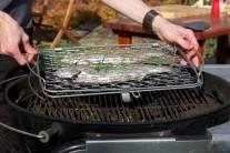 Uzavretý držiak s rybami vložíme do grilu a na priamom žiare grilujeme po dobu 10 - 15 minút podľa veľkosti pstruhov do chvíle, keď je koža pstruhov zlatistá a chrumkavá.