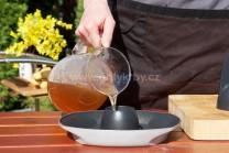 Pripravíme si stojan na grilovanie hydiny Weber Style, naplníme ho pivom alebo vývarom. Odložíme stranou a môžeme začať plniť kurča ochuteným maslom.