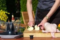 Pripravíme si ochutené maslo, ktoré budeme plniť medzi kožu a mäso. Do misy vložíme zmäknuté maslo a vymiešame do peny.