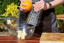 Z čerstvého bio pomaranča nastrúhame na jemnom strúhadle jednu lyžicu kôry. Tú pridáme k maslu.