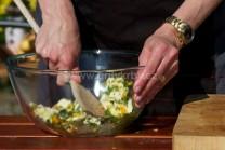 Všetky suroviny na bylinkové maslo riadne zmiešame, vymiešame do peny. Túto zmes plníme do kurčaťa medzi kožu a mäso.