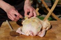 Ochutené maslo začneme po malých dávkach vkladať pod kožu kurčaťa od krku cez prsia k stehnám. Nerovnosti na koži uhladíme dlaňami. Ak sa nám podarí, že koža praskne, stačí ju zopnúť špáradlami. V grile sa zapečie a nebude náplň vytekať.