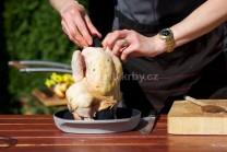Pred vložením kurčaťa na stojane do grilu nezabudneme na utesnenie krku kurčaťa záslepkou od stojana. Tak budeme mať zaručené, že vyparená vhlkosť zostane vo vnútri kurčaťa a kurča nebude vysušené.