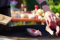 V našom prípade sme kapra pripravovali na kotlovom grile na drevené uhlie Weber One-Touch Premium 57 a grilovacie rošty sme ošetrili olejom BBQ firmy Weber.