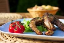 Hotové porcie grilovaného kapra podávame teplé s čerstvým pečivom a zeleninovou oblohou. Môžeme ešte pridať obľúbený dresing.