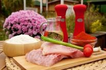 Na prípravu kaprích hranolčekov budeme potrebovať vykostené kaprie mäso - filet, soľ, sladkú papriku, mletú rascu, hladkú múku a kvalitný olej na vyprážanie.