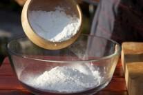 V miske zmiešame odvážené množstvo hladkej múky s mletou rascou...