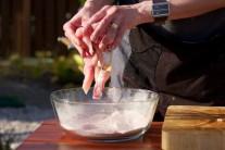 Osolené kúsky mäsa vložíme do ochutenej múky a misou zatrasieme, tým sa nám oddelia jednotlivé kúsky od seba. Môžeme ešte prehodiť a prevzdušniť rukami.
