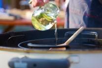 Do stredu grilu vložíme liatinovú panvicu BBQ a na nej rozpálime kvalitný olej na vyprážanie. My sme mali možnosť vyskúšať kotlový gril Weber One-Touch Premium 57.