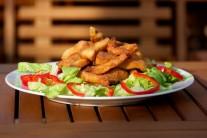 Servírujeme teplé na lôžku z hlávkového šalátu, ako prílohu môžeme podávať zemiakovú kašu alebo hranolky a obľúbenú studenú omáčku.