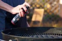 Vo chvíli, keď máme mäso naložené pristúpime k zakúreniu grilu. Rošty sme ošetrili olejom BBQ od firmy Weber. K rozpáleniu dlhohoriacich brikiet je lepšie použiť zapaľovací komín Weber.