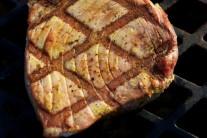 Tuniakové steaky grilujeme z každej strany po dobu 8 - 10 minút.