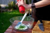 Studený dresing pripravíme zmiešaním kyslej smotany a nasekanej pažítky, dochutíme soľou a korením.