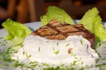 K steaku môžeme pripraviť aj ľahký zeleninový šalát alebo len bohatú farebnú oblohu.