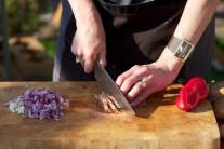 Červenú cibuľu nasekáme najemno a sušenú šunku nakrájame na kocky s dĺžkou hrany cca 0,5 x 0,5 cm. Cesnak prelisujeme na lise alebo nadrobno nasekáme.