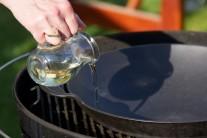 Do stredu grilu vložíme ťažkú liatinovú panvicu Wok BBQ a gril rozkúrime na strednú teplotu. Do panvice prelejeme olej a necháme prehriať.