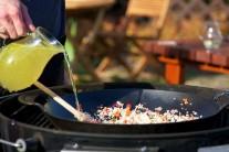 Všetky suroviny v panvici premiešame a zalejeme dostatočným množstvom vývaru. Dusíme pod poklopom po dobu 30 minút než bude ryža skoro hotová.