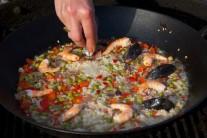 Na ryžu naukladáme podľa ľubovôle pripravené krevety a očistené prebrané mušle.