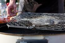 Vzhľadom k tomu, že je platesa pomerne veľmi plochá ryba, grilujeme ju veľmi opatrne, aby sa nám neprepálila. Grilujeme po dobu 10 minút z každej strany.