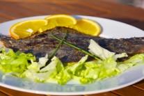 Podávame teplé na lôžku z čerstvého šalátu a farebnej zeleniny. Zdobíme citrónom a zelenou petržlenovou vňaťou, ako prílohu môžeme ponúknuť čerstvé pečivo.