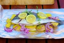 Nakoniec doplníme kolieskami citróna a prúžkami červenej cibule.