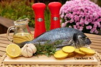 Na grilovanú pražmu si pripravíme čerstvé pražmy kráľovské po jednom kuse na porciu, umyté zemiaky v šupke, citrón, cesnak, čili papričku, tymián a rozmarín, kvalitný olej, soľ a korenie.