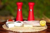 Pripravíme si filety z tresky, rozpustené maslo, sušený tymián, mletú sladkú papriku, čerstvo namleté farebné korenie, cesnakovú soľ.