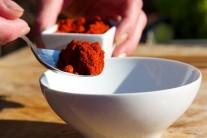 V malej miske si pripravíme koreniacu zmes. Dáme do nej červenú papriku...