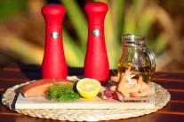 Pripravíme si lososa bez kože, vylúpané krevety, soľ a korenie. Na potieranie špízu si nachystáme cesnak, olivový olej, nasekaný kôpor, citrónovú šťavu, soľ a korenie.