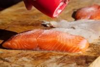 Rybie mäso osolíme a okoreníme.