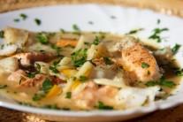 Hotové rybie mäso nakrájame na menšie kúsky a pridáme ho do polievky.